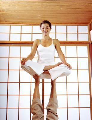 Faire du yoga à deux pour  travailler la confiance en les autres